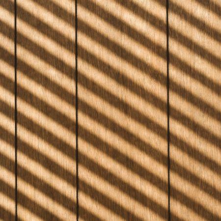 rayures diagonales: Refl�tant la lumi�re du soleil rayures diagonales sur des panneaux de bois.