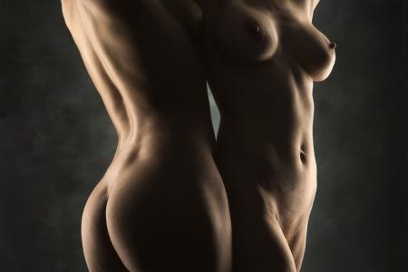 Cuerpos desnudos de las mujeres hispanas y de raza cauc�sica de pie juntos.  Foto de archivo - 2174232