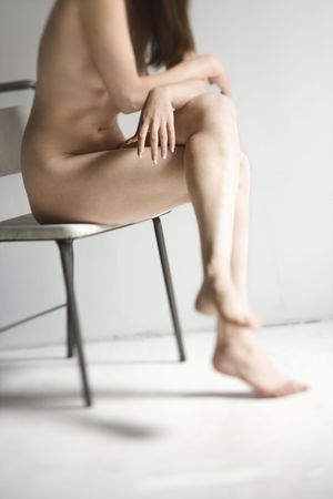 mujer desnuda sentada: Desnudo mujer sentada en silla.