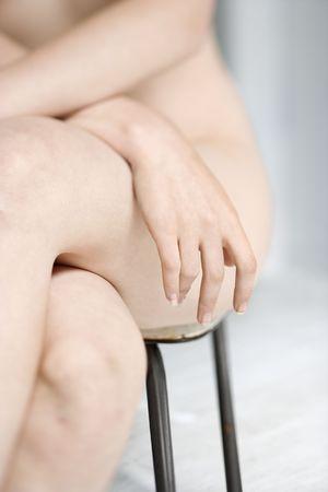 mani incrociate: Parzialmente donna con le mani incrociate in seduta sedia.