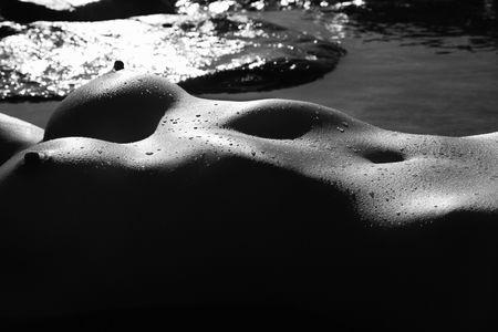nue plage: Jeunes Philippins femme nu couch� dans l'eau sur les rochers.