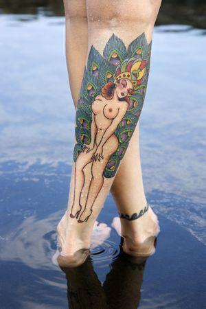 pieds sexy: Gros plan de la femme de race blanche de jambes sexy couvert de tatouages.  Banque d'images