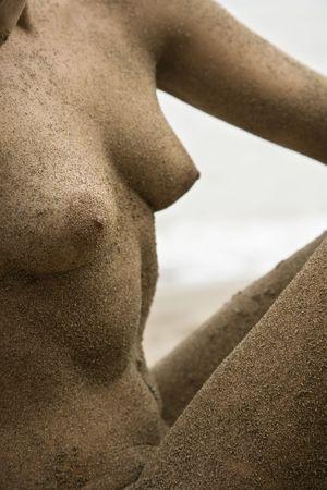 naaktstrand: Kaukasische jonge volwassen naakt vrouwelijk lichaam op het strand.