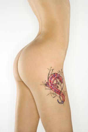 sauri: Ritratto di nudo attraente rossa caucasica giovane donna con lucertola tatuaggio.  Archivio Fotografico