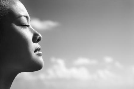 closed eyes: Zijaanzicht van de Aziatische jonge volwassen vrouw met de ogen gesloten. Stockfoto