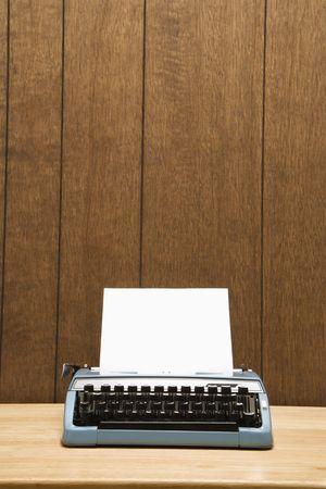 holzvert�felung: Vintage Blue Schreibmaschine auf dem Schreibtisch mit Holz-Verkleidung. Lizenzfreie Bilder