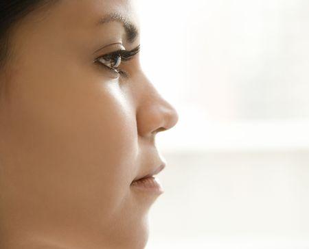 visage femme profil: Gros plan profil des jeunes adultes hispanique femme visage.