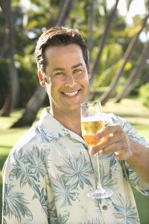 mid adult man: Mediados de adultos de raza cauc�sica hombre tostado visor de cristal con champa�a.