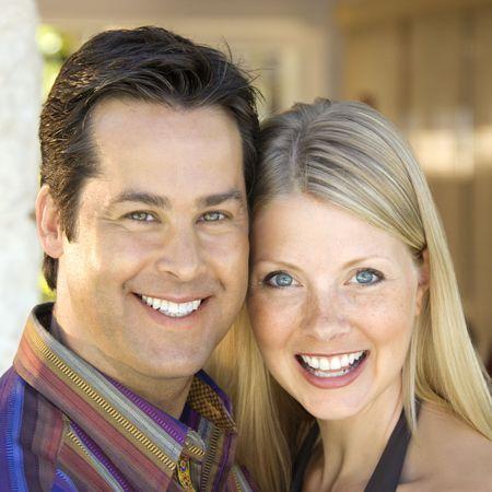 mid adult couple: Cauc�sicos mediados de adultos en pareja sonriente espectador.