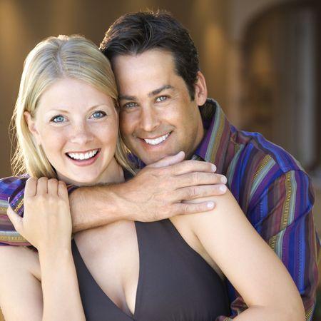 mid adult couple: Cauc�sicos mediados de adultos pareja sonriente y abrazando a visor.