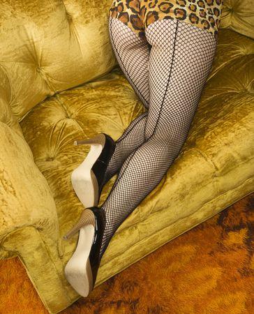 bas r�sille: Jolie femme de race blanche dans la lingerie et de bas sur canap�.