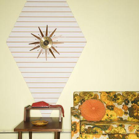 everyday scenes: Sala decorata con mobili colorati retr�.  Archivio Fotografico
