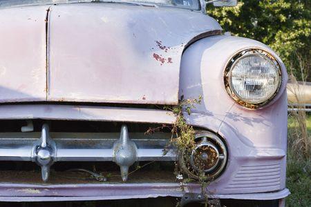 abandoned car: Extremo delantero del coche antiguo abandonado.