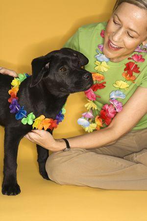 leis: Caucasica primo adulto femminile seduta con indosso nero cucciolo ILO.  Archivio Fotografico