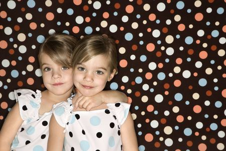 ni�as gemelas: Las mujeres de raza cauc�sica ni�os gemelos en busca espectador.