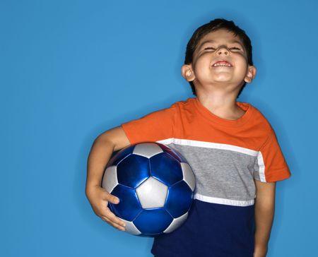 hispanic boy: Hombre joven hispano celebraci�n bal�n de f�tbol.
