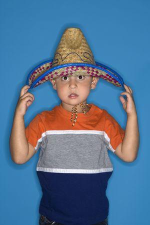 hispanic boy: Hombres hispanos muchacho llevaba sombrero.