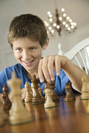 preteen boy: Caucasien pr�-ados gar�on jouant aux �checs.