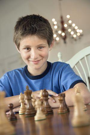 preteen boy: Gar�on de la pr�adolescence caucasien jouant aux �checs. Banque d'images