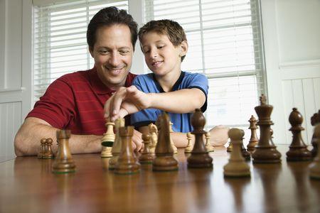 preteen boy: Caucasien milieu de l'enseignement pour adultes papa �checs pour pr�-ados gar�on.