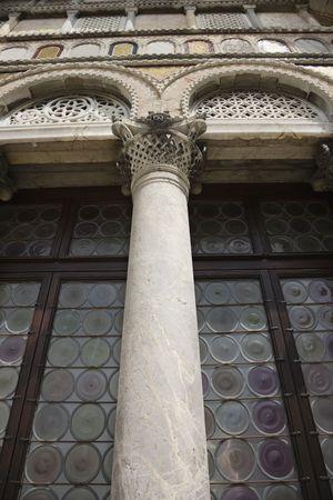vetrate colorate: Ornato di colonne e vetrate a Venezia, Italia.