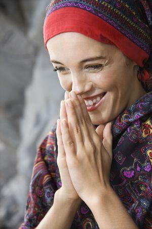 ensemble mains: Femme de race blanche de jeunes adultes avec les mains jointes en pri�re position tenue � face et en souriant.