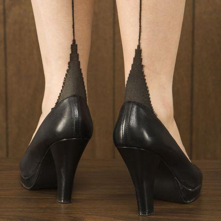 tacones negros: Close-up foto de mujeres cauc�sicas piernas y los talones negro.