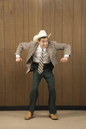 vaquero: Mediados de los adultos varones de raza cauc�sica usar sombrero vaquero bailar.  Foto de archivo