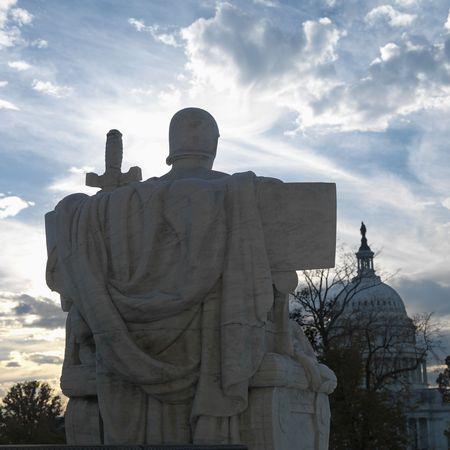 and authority: Volver la vista de la Autoridad de la Ley de escultura en frente de edificio de la Corte Suprema en Washington DC, EE.UU..