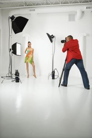 human photography: Mujeres adultas j�venes de raza cauc�sica modelo fotografiado en el estudio de adultos j�venes de sexo masculino African American fot�grafo.