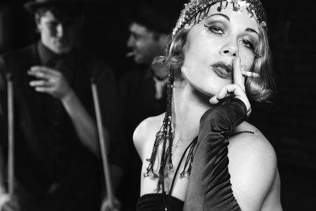 flapper: Cauc�sicos primordial de mujeres adultas de fumar y de pie delante de dos de raza cauc�sica prime los hombres adultos la celebraci�n de piscina palos.