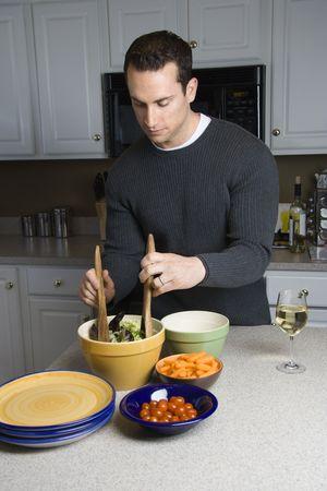 hombre cocinando: Hombre de raza cauc�sica hacer ensalada de cocina.