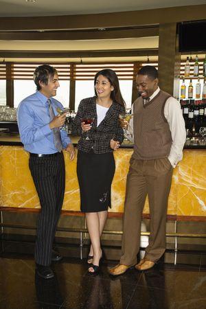socializando: Diversos mediados de adultos barra de amigos a beber.  Foto de archivo