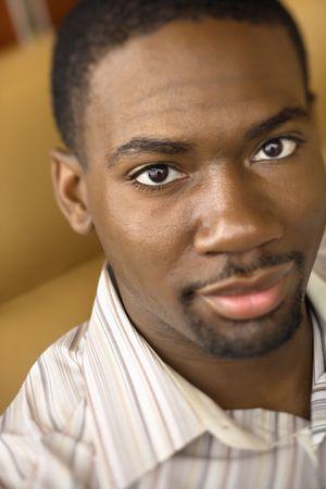mid adult man: Retrato de African American mediados de adultos hombre busca a espectador.