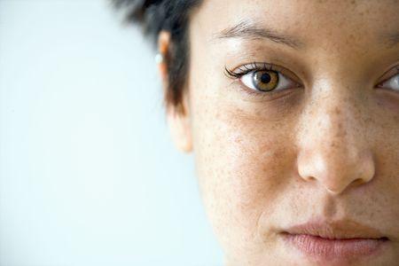 Gros plan portrait de jeune femme de race blanche.