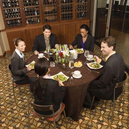 negocios comida: Alto punto de vista del grupo de empresarios en el restaurante comedor.