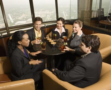 Diversidad étnica empresarios sentados a la mesa en el restaurante hablando.