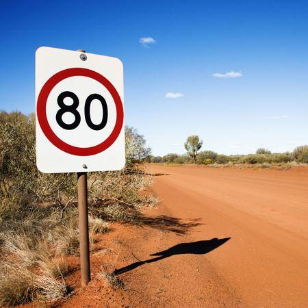 chilometro: Australian chilometri all'ora limite di velocit� segno rurale strada sterrata. Archivio Fotografico