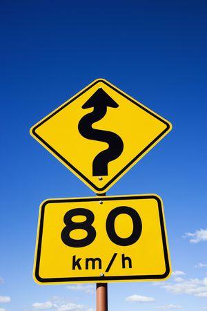 chilometro: Chilometro il limite di velocit� per ore e la curva di anticipo segnaletica stradale nelle zone rurali dell'Australia.