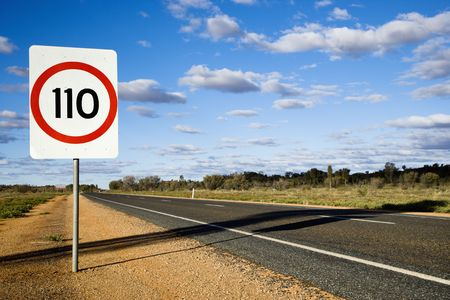 chilometro: Limite di velocit� km  ora su strada: segnaletica stradale nelle zone rurali in Australia.