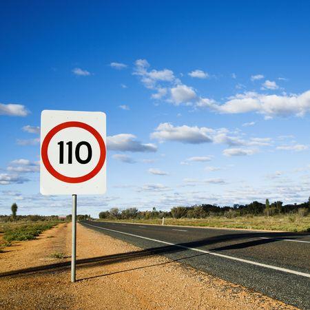 chilometro: Limite di velocit� km  h su strada segno su strada rurale in Australia. Archivio Fotografico