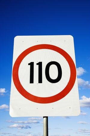 chilometro: Close up di chilometri per ora limite di velocit� di segno in Australia. Archivio Fotografico