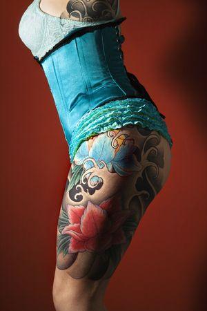 Side of Damen tätowiert Bein  Standard-Bild - 2654661
