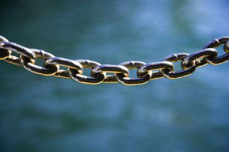 chainlinked: Metalen ketting met elkaar verbonden.