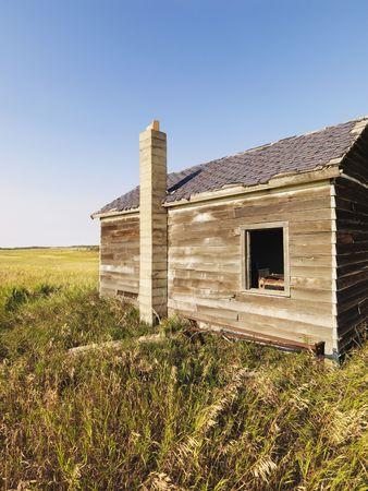 in disrepair: Abbandonato casa in legno in stato di rovina campagna nelle zone rurali.