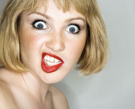 mujer enojada: Retrato de joven rubia caucasian mujer que est� buscando en el espectador con expresi�n enfadada.  Foto de archivo