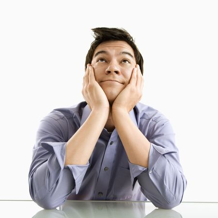 hombre pensando: Joven hombre de negocios de Asia sesi�n so�ando con los ojos abiertos. Foto de archivo