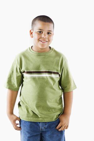ni�o parado: Chico joven latino de pie sonriendo.