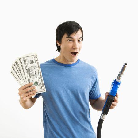 bomba de gasolina: Asia joven feliz expresi�n con la celebraci�n de dinero y la bomba de gas boquilla.