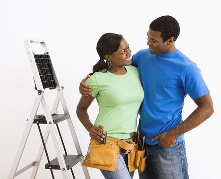 couple afro americain: Smiling African American couple en train de pr�parer la maison pour faire des r�parations. Banque d'images